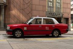 Central Hong Kong - CIRCA April, 2018: En taxiparkeringshus på gatan i regnig dag på centralen, Hong Kong Royaltyfria Bilder