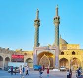 Central ingång till den Shahzade Fazl relikskrin arkivfoto