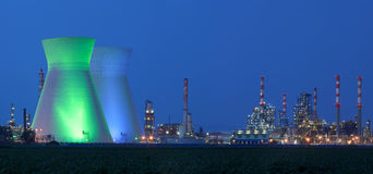 Central nuclear bajo el cielo azul Imágenes de archivo libres de regalías