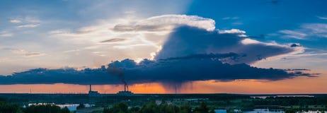 Central nuclear con el cielo azul y nublado intenso Imágenes de archivo libres de regalías