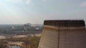 Central nuclear de Chernóbil, Ucrania Silueta del hombre de negocios Cowering metrajes