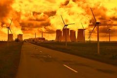 Central nuclear Dukovany con las turbinas de viento en la República Checa Europa Imagen de archivo