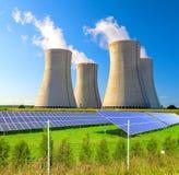 Central nuclear Dukovany con los paneles solares en la República Checa Europa Imagen de archivo