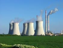 Central nuclear en campo verde imagen de archivo libre de regalías