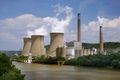 Central nuclear en el río Fotos de archivo