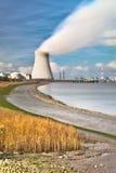 Central nuclear en humo de la chimenea del puerto fotos de archivo