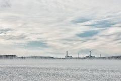 Central nuclear en la línea del horizonte en invierno Fotografía de archivo