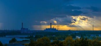 Central nuclear en la puesta del sol Foto de archivo libre de regalías