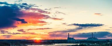 Central nuclear en la puesta del sol escénica hermosa por la tarde del verano Imagen de archivo