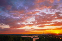 Central nuclear en la puesta del sol hermosa con el cielo nublado azul y rosado intenso por la tarde del verano Imagen de archivo libre de regalías