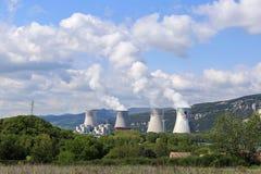 Central nuclear francés, en las montañas fotos de archivo