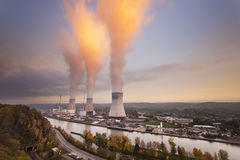 Central nuclear no por do sol imagens de stock royalty free