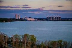 Central nuclear por la tarde de la primavera foto de archivo libre de regalías