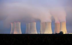 Central nuclear por noche Fotos de archivo libres de regalías