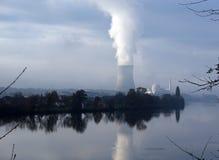 Central nuclear que refleja en el río Foto de archivo libre de regalías