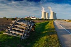 Central nuclear Temelin em República Checa Europa, com estrada e o céu azul Fotografia de Stock