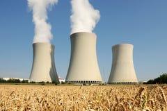 Central nuclear - torres de enfriamiento imagen de archivo