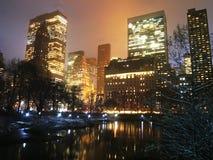 Central Park在冬天雪的湖反射 免版税库存图片