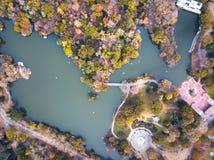 Central park湖鸟瞰图在秋天 免版税库存图片