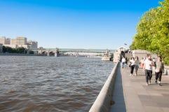 Central Park de Gorky da cultura e do lazer em Krymsky Val completamente dos locals e dos turistas durante o meio-dia em Moscou,  imagem de stock royalty free
