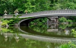 Central Park de New York City a reflexão da ponte da curva Foto de Stock