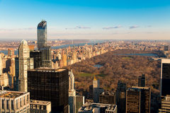 Central Park di NYC Sorgente in anticipo Siluetta dell'uomo Cowering di affari Fotografia Stock Libera da Diritti
