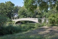 Central Park i bielu łęku most z ludźmi przechodzi w Nowy Jork Obraz Royalty Free