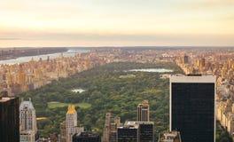 Central Park i Manhattan med skyskrapor i förgrund Royaltyfri Foto