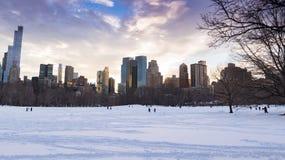 Central Park i snön med New York horisont Arkivbilder