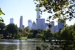 Central Park met toneelarchitectuur - de Stad van New York Stock Afbeeldingen