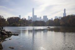 Central Park mit New- Yorkskylinen im Hintergrund Stockfoto