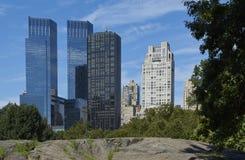 Central Park mit Wolkenkratzern im Hintergrund Stockbild