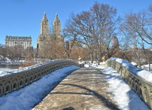 Central Park New York City pilbågebro i vinter. Arkivbild
