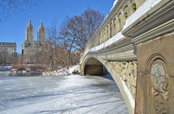 Central Park New York City pilbågebro i vintern. Arkivfoto