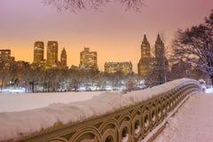 Central Park - New- York Citybogenbrücke nach Schneesturm Stockbild