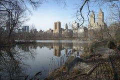 Central Park, reflexão das construções em uma lagoa Imagens de Stock