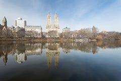 Central Park, reflexão das construções em uma lagoa Fotografia de Stock Royalty Free