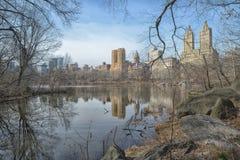 Central Park, reflexão das construções em uma lagoa Imagem de Stock