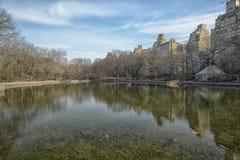 Central Park, reflexão das construções em uma lagoa Foto de Stock