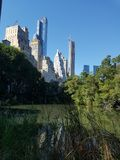 Central Park-Seeblick in Richtung zu NYC Stockfotos