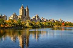 Central Parkreservoir, dalingsgebladerte en Hogere het Westenkant De Stad van Manhattan, New York Stock Foto's