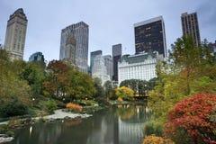 Central- Parkund Manhattan-Skyline. Stockbilder
