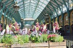 Central piazzaklosterträdgård London med blommor i förgrund Arkivfoton