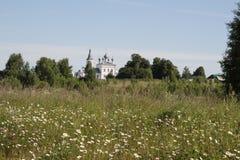 Central Ryssland by av Godenovo Kyrka av St John Chrysostom Royaltyfri Bild