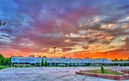 Central stolpe - kontor i Navoi, Uzbekistan royaltyfri foto