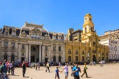 Central stolpe - kontorsbyggnad och kunglig domstolslott på Plaza de Armas royaltyfri foto