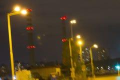 Central térmico de TPP en una salida del sol Refinería con las chimeneas El humo de la fábrica contamina el ambiente T arriba roj imagenes de archivo