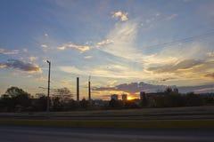 Central térmico de TPP en una salida del sol Refinería con las chimeneas El humo de la fábrica contamina el ambiente T arriba roj fotografía de archivo