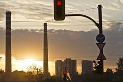 Central térmico de TPP en una salida del sol Refinería con las chimeneas El humo de la fábrica contamina el ambiente T arriba roj foto de archivo libre de regalías