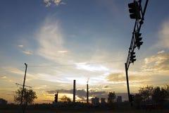 Central térmico de TPP en una salida del sol Refinería con las chimeneas El humo de la fábrica contamina el ambiente T arriba roj fotos de archivo libres de regalías
